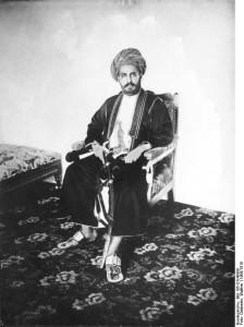 Sultan, ganze Figur, sitzend